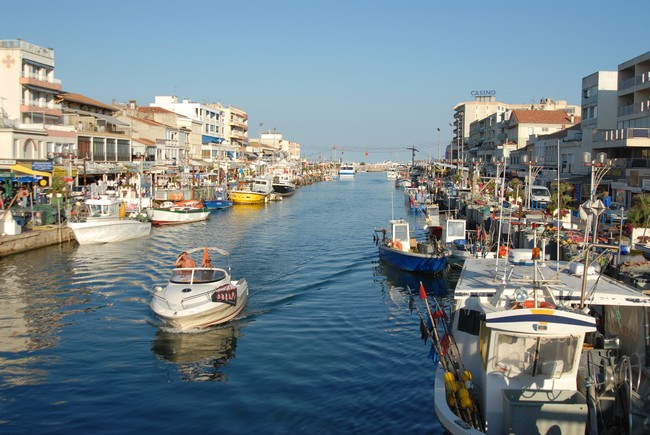 Beautiful town with a charming port nearby a campsite with touring (...)