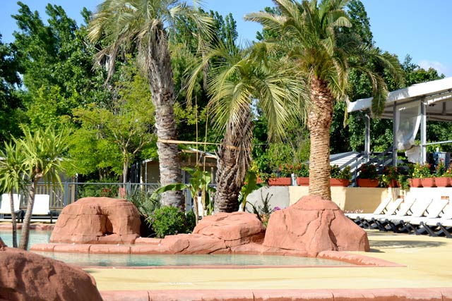 Palms watch over the pool in the camping Lattes 34 near the Mediterranean (...)