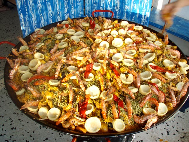 Good paellas are prepared regularly at the campsite restaurant in Hérault (...)