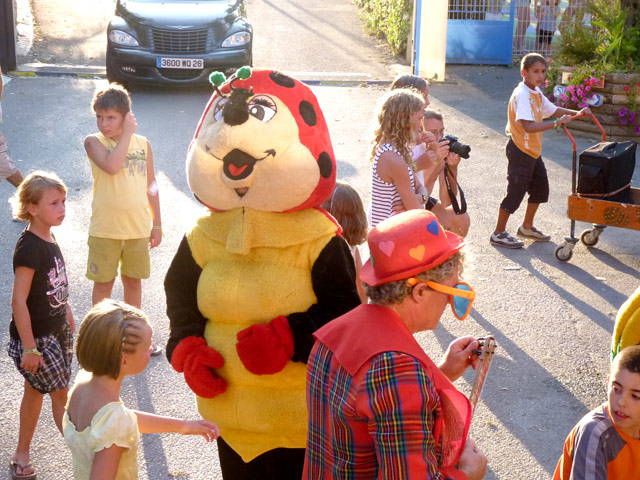 Mascot and kids love parading around the campsite in the Herault near (...)