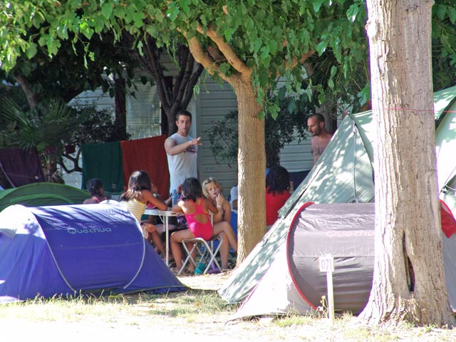 Take their meals in front of his mobile home at the campsite in the Herault (...)
