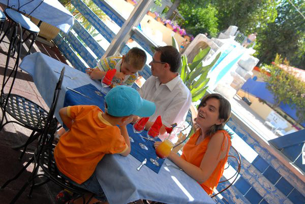 A family moved to table the campsite in Palavas restaurant in Herault near (...)