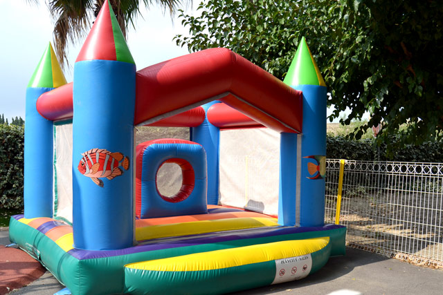 Inflatable games in the playground Camping Oasis Palavasienne Lattes in the (...)